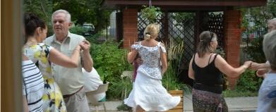 osoby tańczące na tarasie