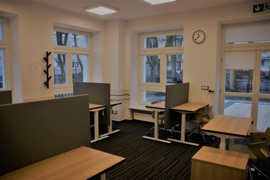 Pomieszczenie, biurka krzesła