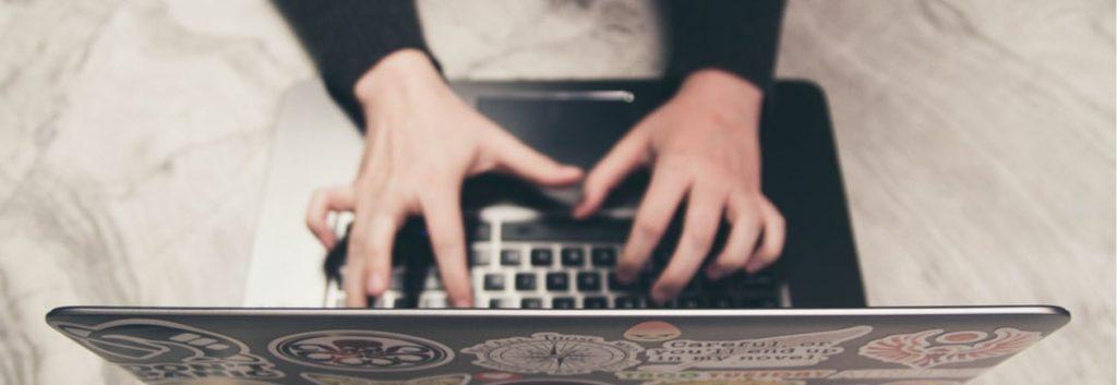 Osoba pisząca na laptopie