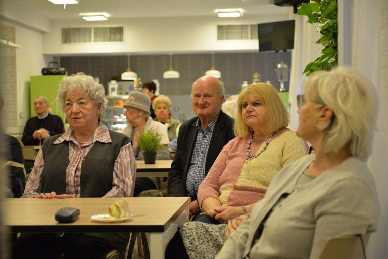 Uczestnicy spotkania siedzą przy stoliku.