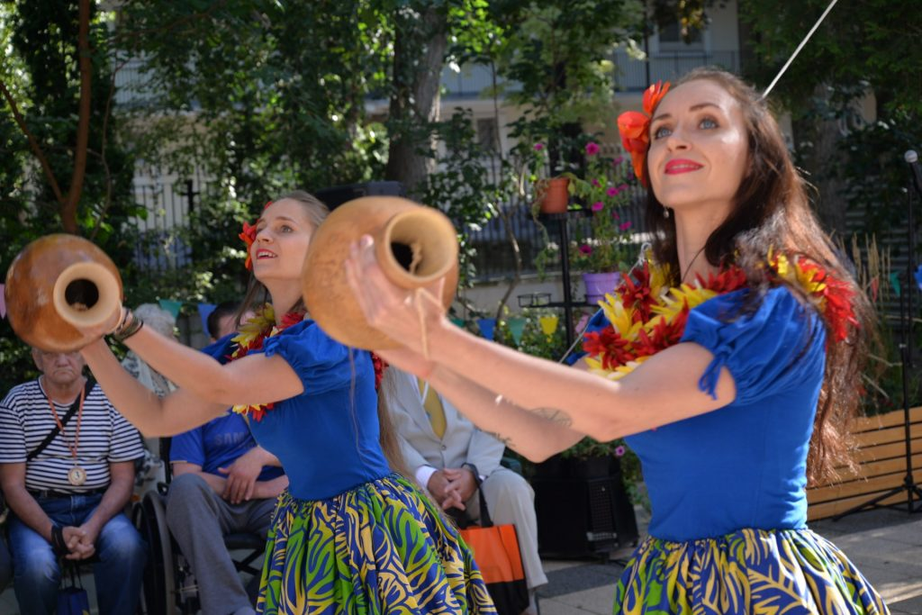 dwie kobiety tańczace taniec Hula