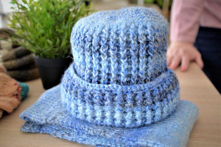 Szalik i czapka w kolorze niebieskim.