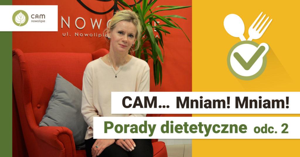 Po lewej stronie kobieta siedzi na szarym fotelu, w tle widać czerwoną ścianę. W prawej dolnej części na białym tle napis: CAM.. Mniam Mniam! Porady dietetyczne odc. 2.
