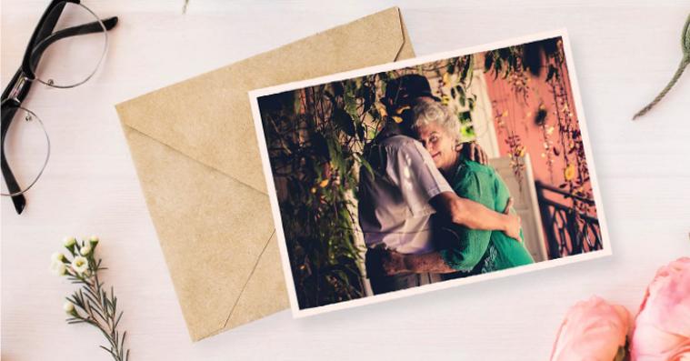Starsza kobieta i mężczyzna przytulają się.