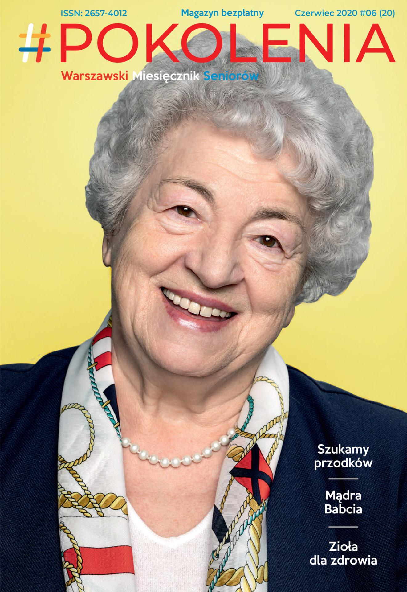 Seniorka uśmiechnięta w czarnej marynarce i kolorowej chustce na szyi.