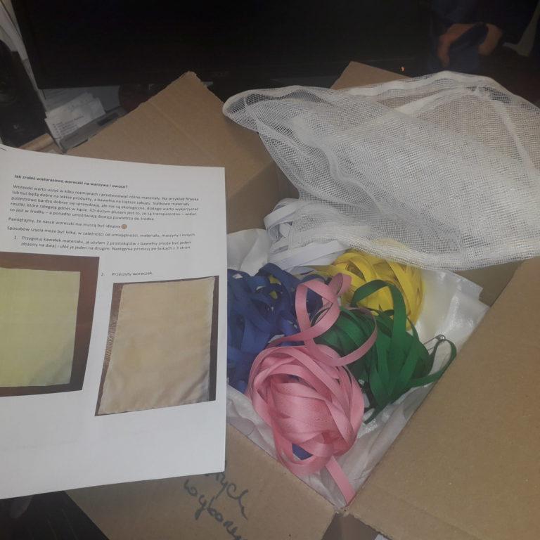Pudełko z materiałami do szycia maseczek i instrukcją.