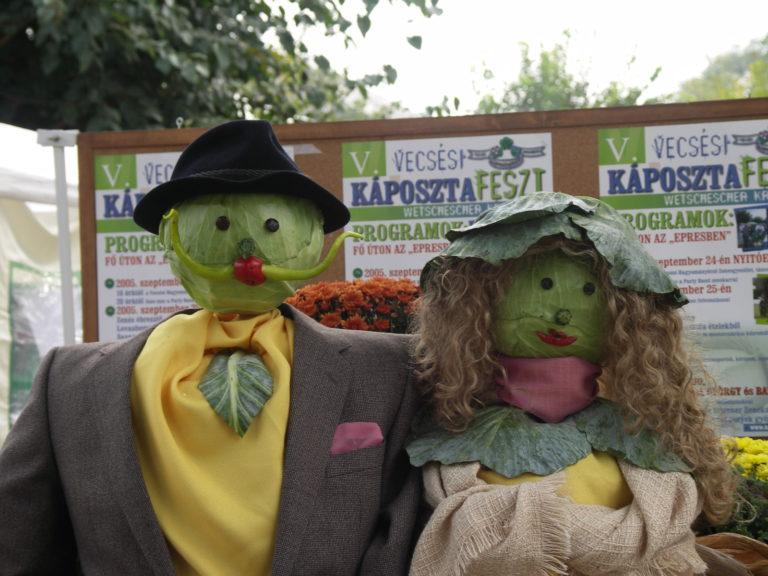 Kapuściane kukły stylizowane na kobietę i mężczyznę. Głowy zrobione są z kapusty.
