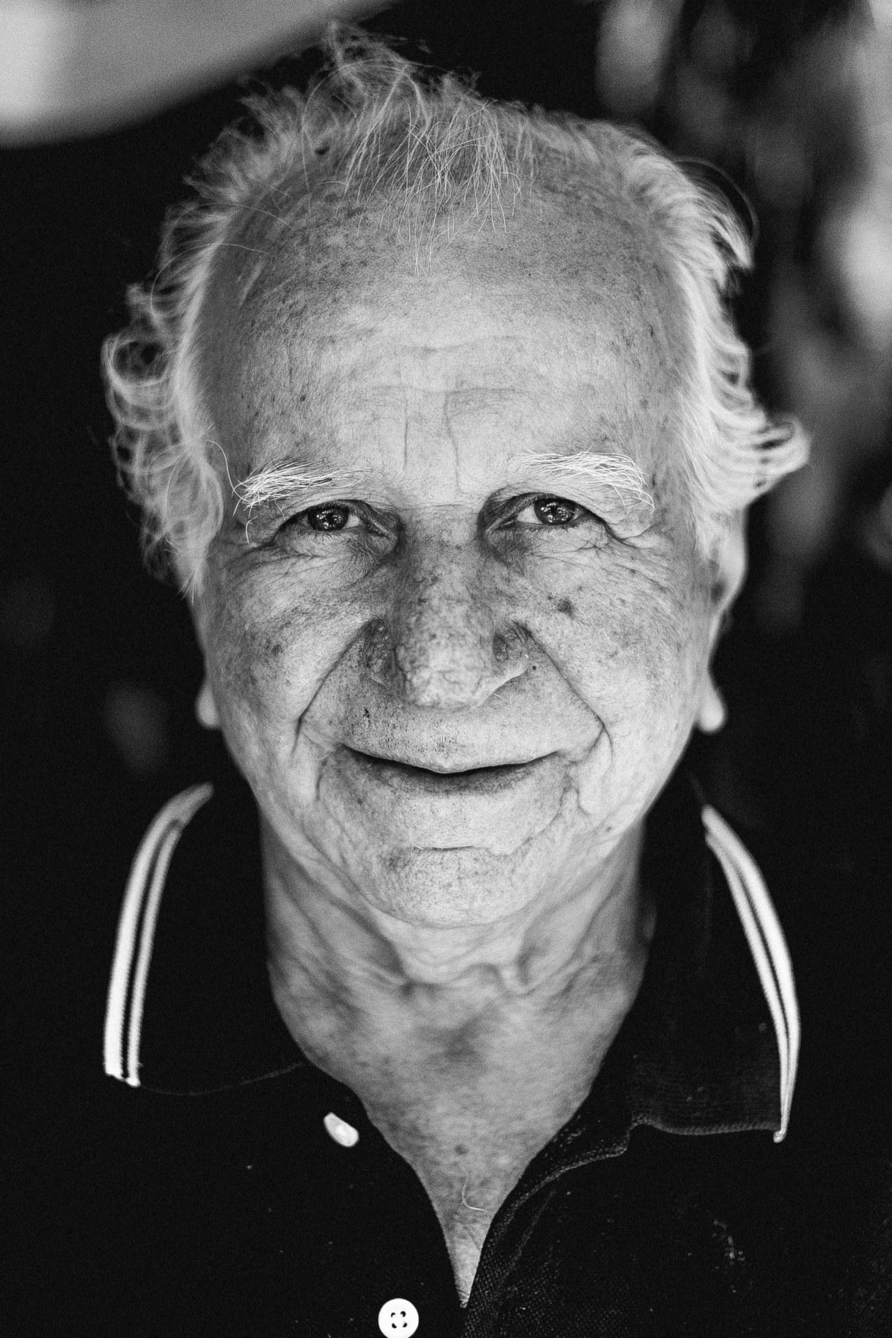 Czarno-biały portret starszego mężczyzny.