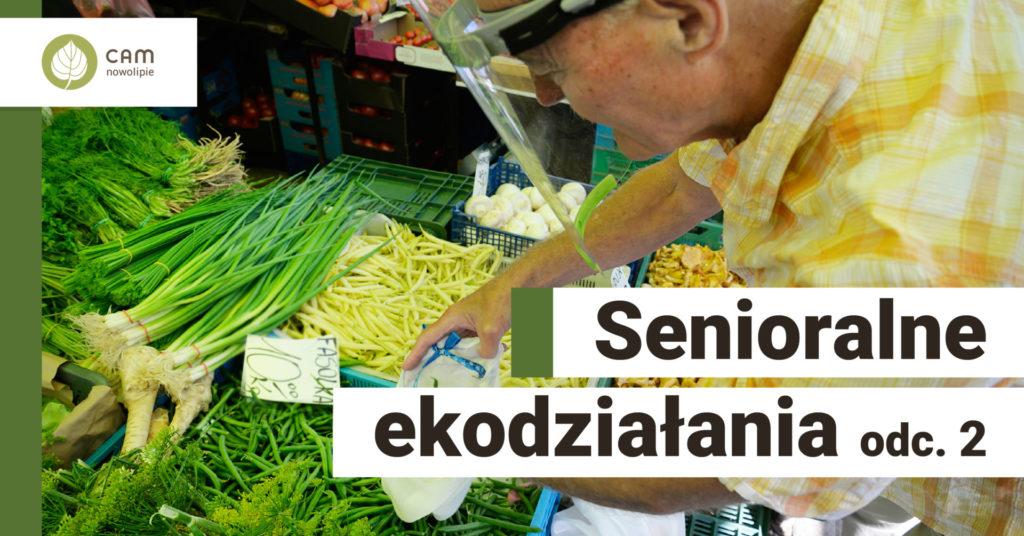 Starszy mężczyzna pakuje do woreczka materiałowego zieloną fasolkę. Na dole po lewej stronie napis: Senioralne ekodziałania odc. 2.