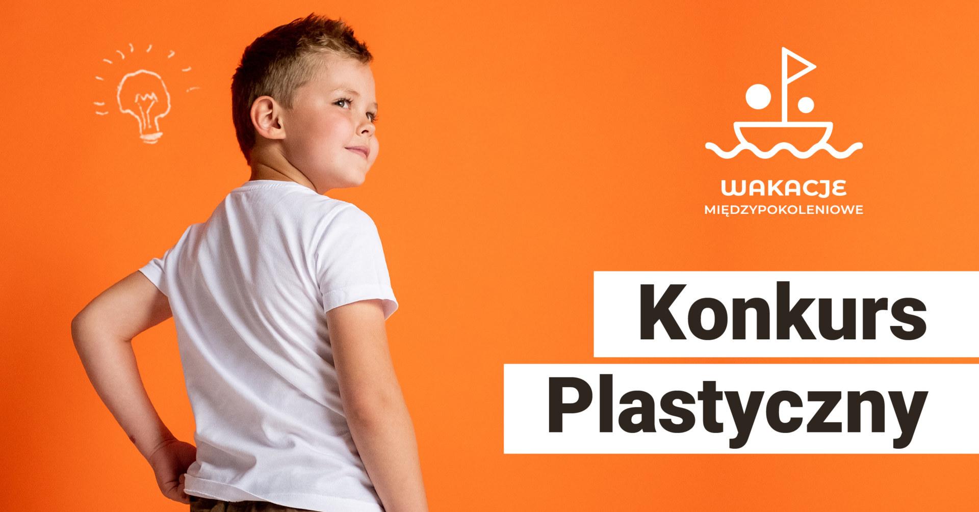 Na pomarańczowym tle po lewej stronioe stoi chłopiec odwracający się do kamery, po lewej strony u dołu napis: konkurs architektonioczny.