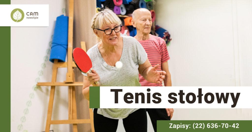 Seniorzy grający w tenisa stołowego. Na dole po prawej stronie napis: Tenis stołowy.