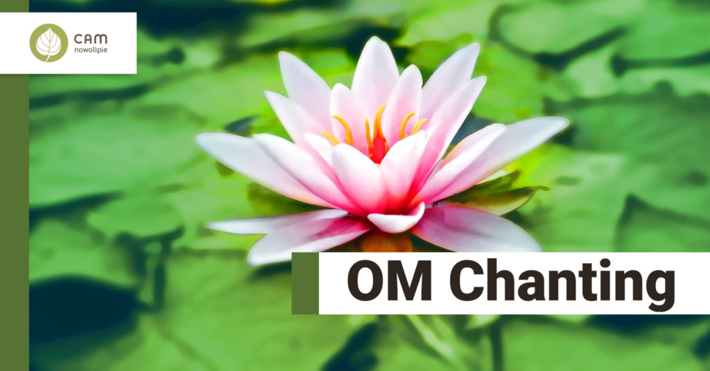 Różowy kwiat lilii wodnej, na dole napis Om chanting.