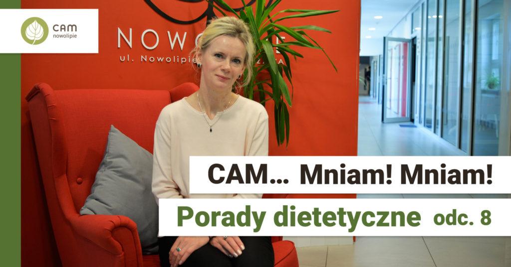 Po prawej stronie kobieta w różowej bluzce z włosami blond siedzi na tle czerwonej ściany. Z prawej strony na żółtym tle skrzyżowany widelec z łyżką, na dole napis CAM … Mniam Mniam! Porady dietetyczne odc. 8.