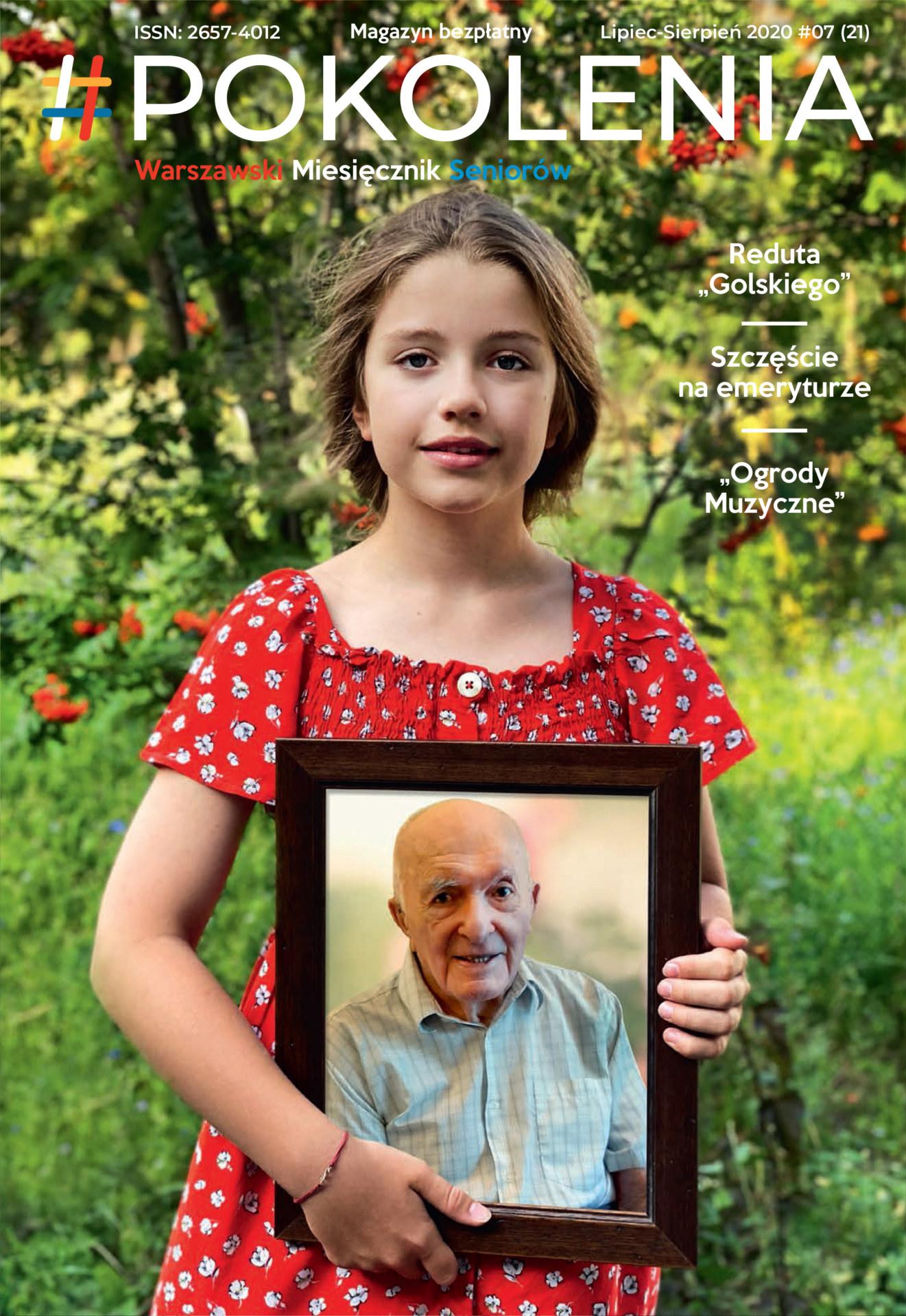 Dziewczynka trzyma zdjęcie seniora w rękach.