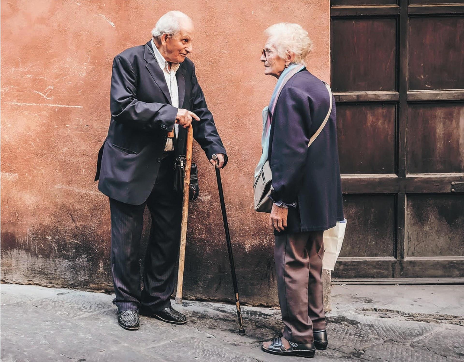 Starsza kobieta i mężczyzna rozmawia ze sobą.