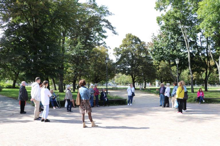 Uczestnicy w parku.