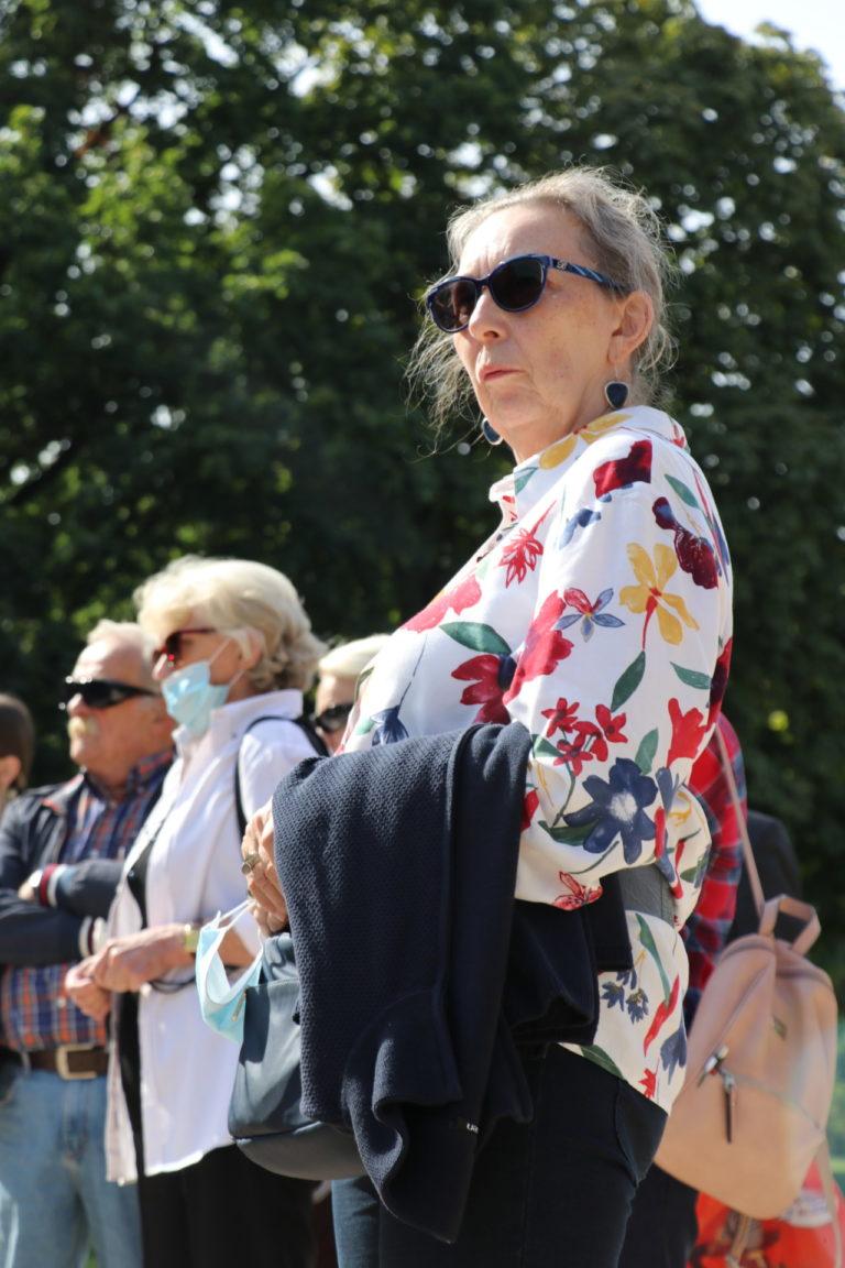 Na pierwszym planie seniorka w kolorowej bluzce.