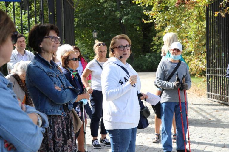 Przewodniczka oraz uczestnicy w parku.