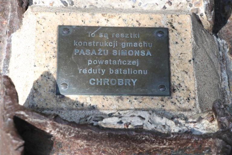 Tabliczka na kamieniu upamiętniająca pasaż Simonsa.