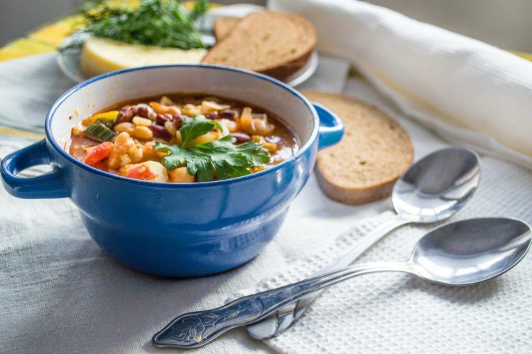 Miska z zupą na stole.