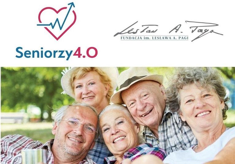 grupa osób starszych, które się śmieją. Napis Seniorzy 4.0