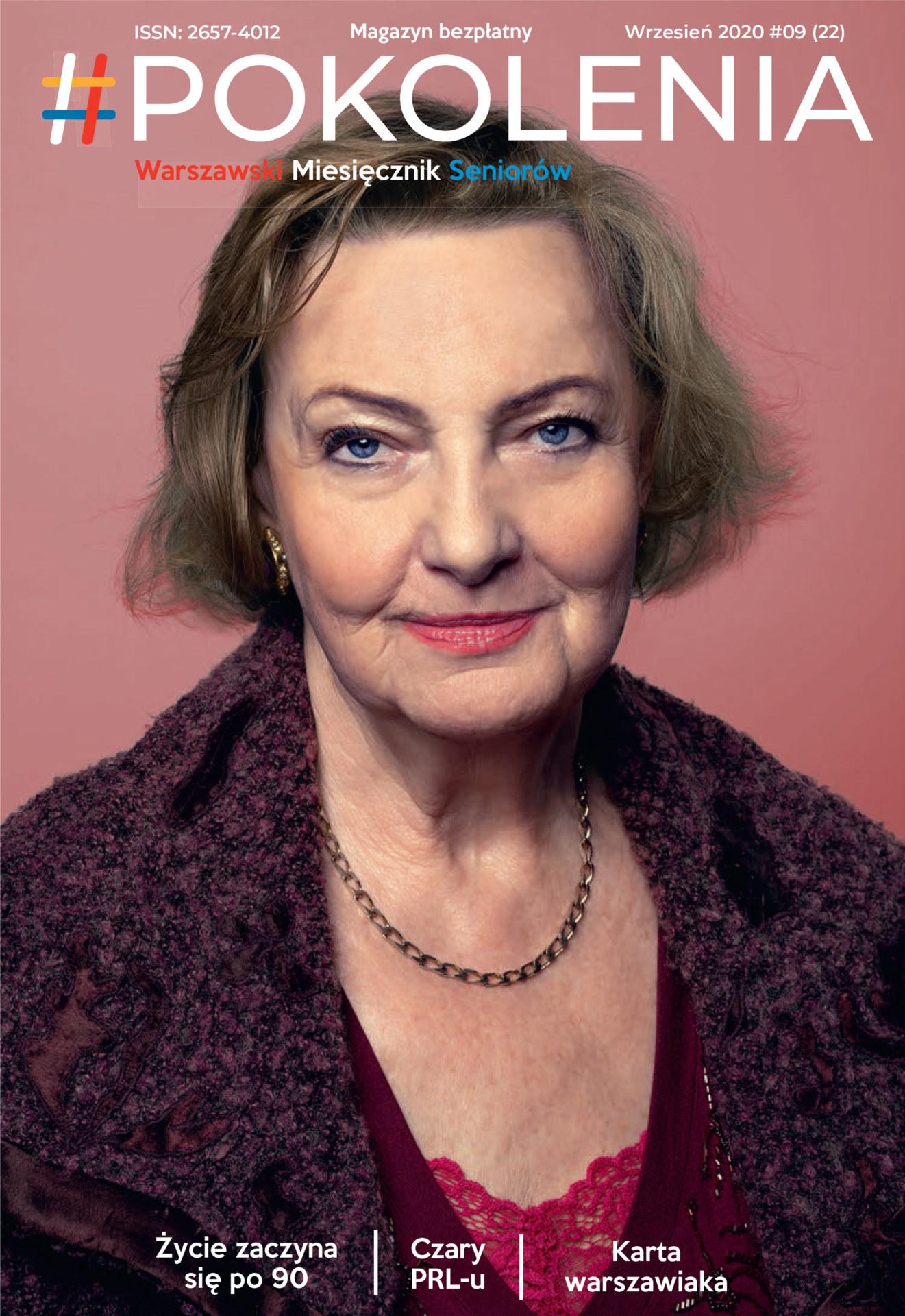 Portret starszej kobiety na różowym tle.