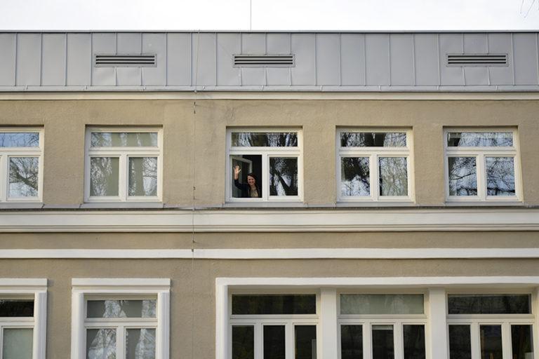 Pani Dyrektor macha z okna