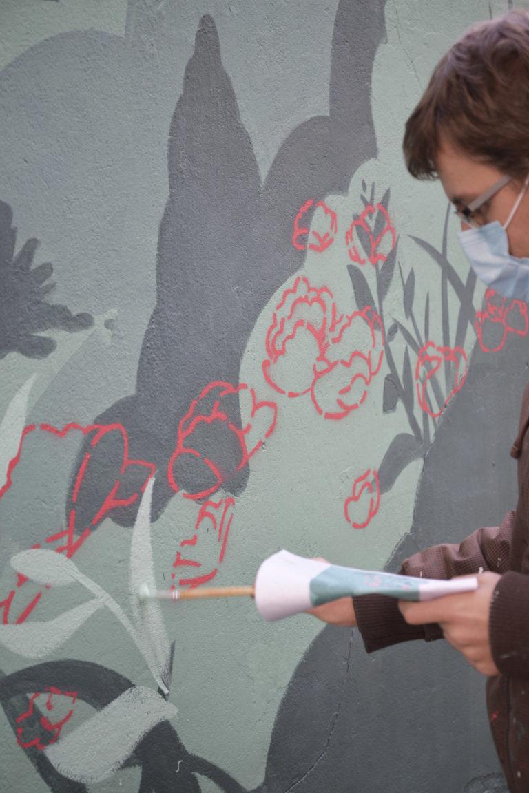 Artysta maluje mural