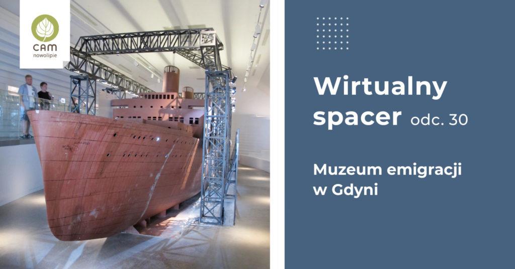 Wnętrze muzeum emigracji ze statkiem w zmniejszonych rozmiarach.