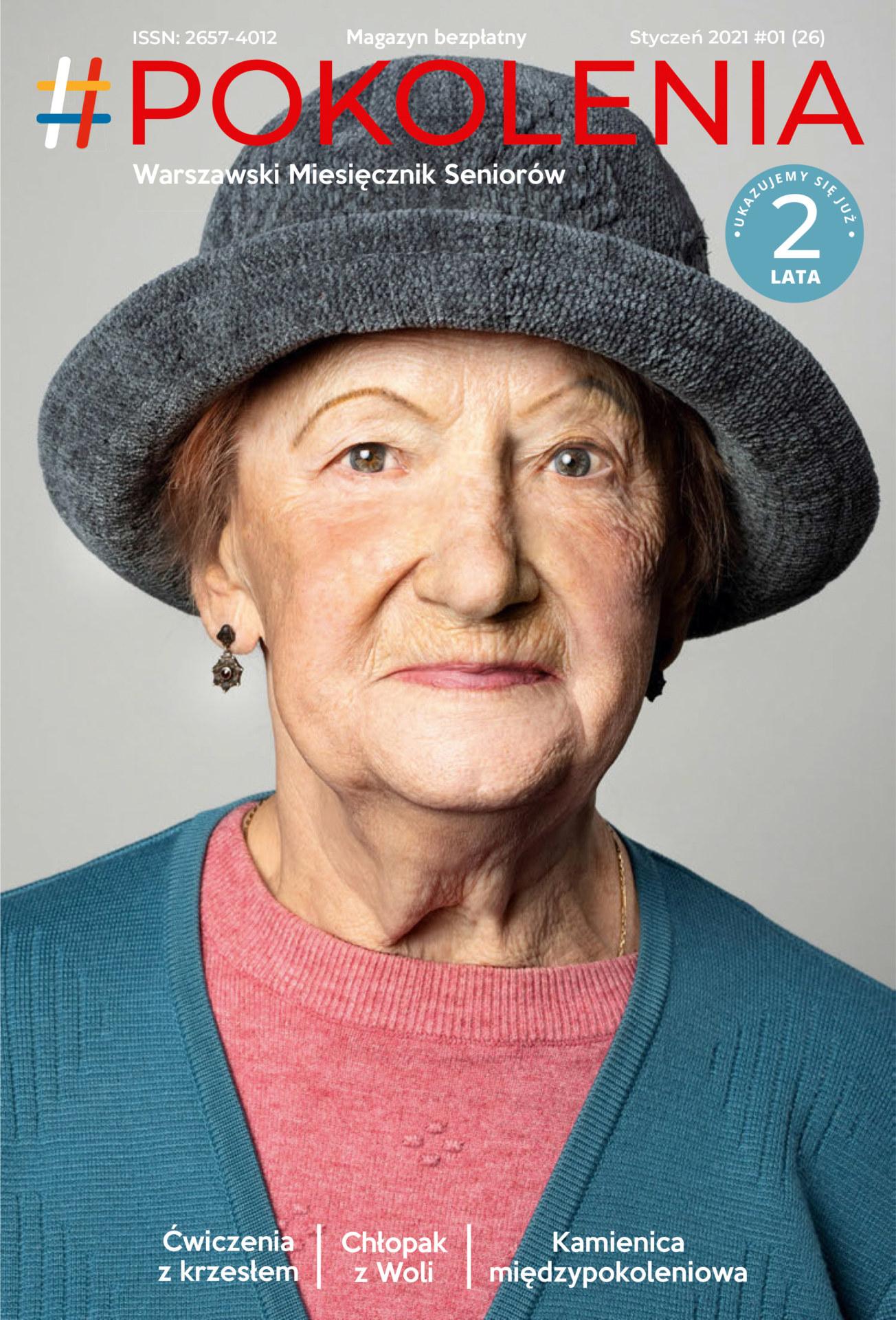 Starsza kobieta w szarym kapeluszu i różowej bluzce.
