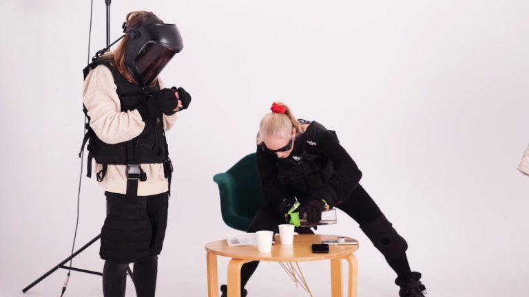 Dwie osoby ubrane w symulatory odczuć starczych.